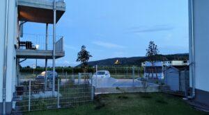 Am Abend, Blick Richtung Südwesten, zwischen Haus C und A
