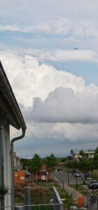 Blick v. Haus C nach Osten - mit Flugzeug